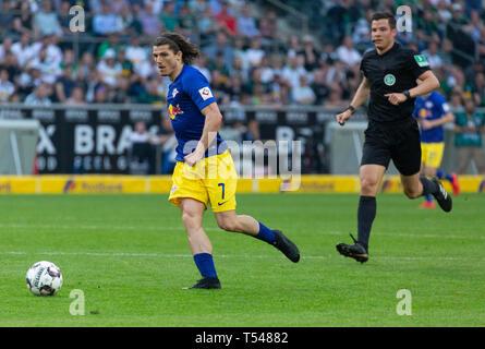 sports, football, Bundesliga, 2018/2019, Borussia Moenchengladbach vs RB Leipzig 1-2, Stadium Borussia Park, scene of the match, Marcel Sabitzer (RBL) and referee Harm Osmers, DFL REGULATIONS PROHIBIT ANY USE OF PHOTOGRAPHS AS IMAGE SEQUENCES AND/OR QUASI-VIDEO - Stock Image