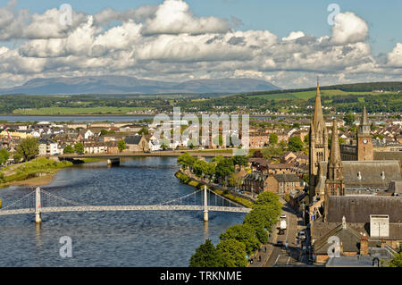 INVERNESS CITY SCOTLAND CENTRAL CITY THE RIVER NESS LOOKING TOWARDS GREIG STREET WHITE PEDESTRIAN BRIDGE AND SPIRE OF FREE CHURCH OF SCOTLAND - Stock Image