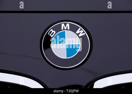 BMW logo on the front bonnet of the new BMW 118i of the 1 series. Image taken on April 4, 2019 in Madrid, Spain. - Stock Image