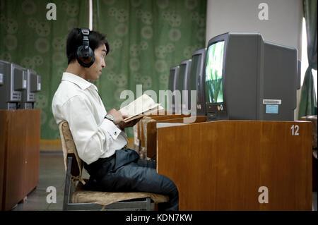Un Nord coréen regarde un film à la grande maison des études du peuple de Pyongyang le 14 octobre - Stock Image
