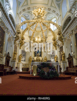Altar of Quebec City's Notre-Dame Cathedral: Statues clad in gold surround and a gold canopy is above the altar of la Basilica Cathedrale Notre-Dame de Quebec. - Stock Image