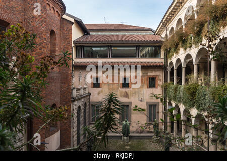 The courtyard of the Biblioteca & Pinacoteca Ambrosiana art gallery and library in Milan - Stock Image