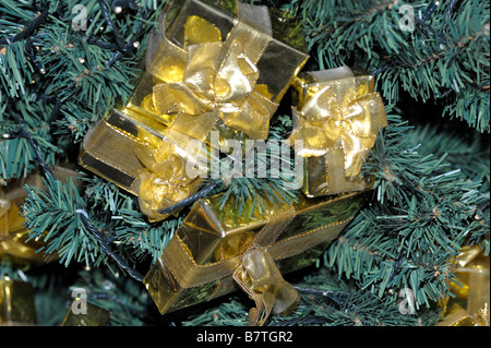golden boxes christmas tree presents gifts - Stock Image