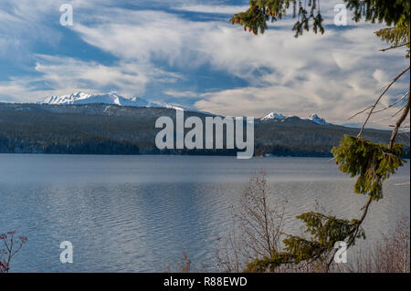 Diamond Peak (L) and Mt. Yoran (R) rise above Oregon's Odell Lake in the southern Cascades.  View from State Highway 58. - Stock Image