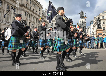 London, UK, 17th Mar 2019. An Irish Pipe Band. London celebrates with a spectacular St Patrick's Day parade, led by this year's Grand Marshal, actor James Nesbitt. Now in its 17th year, the parade attracts more than 50,000 people for a colourful procession of Irish marching bands from the UK, US and Ireland, energetic dance troupes and spectacular pageantry. Credit: Imageplotter/Alamy Live News - Stock Image