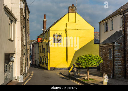 The colourful yellow Golden Lion pub on Lanadwell Street in Padstow, Cornwall, England - Stock Image