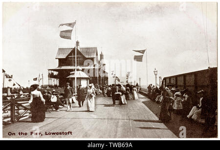 Holidaymakers on the pier, Lowestoft, Suffolk.      Date: circa 1910 - Stock Image