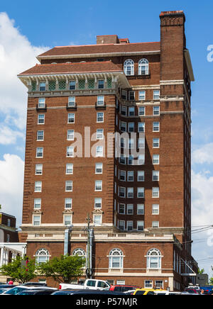 ASHEVILLE, NC, USA-24 JUNE 18: A side view of the stately, 1920s Battery Park Hotel building, now used for subsidized senior apartments. - Stock Image