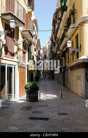 Schmale Straße in der Altstadt von Palma, Mallorca, Spanien.   Narrow road in the old town of Palma, Majorca, - Stock Image