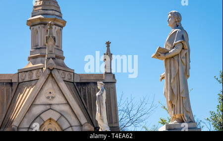 Cemetery statues and mausoleum at Historic Oakland Cemetery in Atlanta, Georgia. (USA) - Stock Image