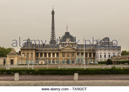 France, Paris, 2019 - 04  Military school. The École Militaire in Paris is an extensive set of buildings southeast of the Eiffel Tower.  The complex h - Stock Image