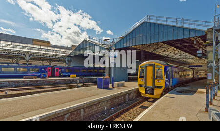 INVERNESS CITY SCOTLAND CENTRAL CITY SCOTRAIL RAILWAY STATION AND TRAINS WAITING AT THE PLATFORMS - Stock Image