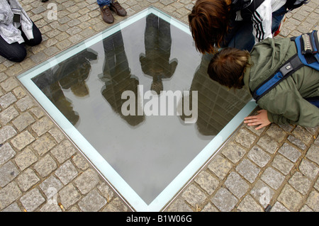 students surround glass plate commemorating the burning of the books by the Nazis bebelplatz history heritage berlin - Stock Image