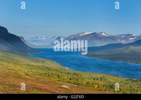 Lake Langas and mountains of Stora Sjöfallet national park, near Saltoluokta Fjällstation, Kungsleden - Stock Image