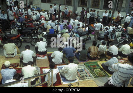 Muslim prayers at a Mosque in the city of  Kuala Lumpur in Malaysia in southeastasia. - Stock Image