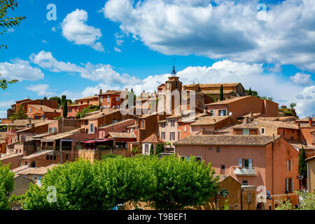 View on Roussillon, small Provensal town with  large ochre deposits, located within borders of Natural Regional Park of Luberon - Stock Image