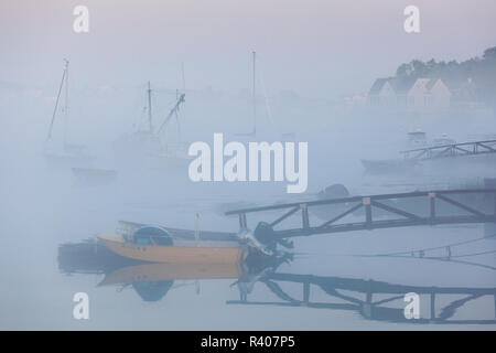 USA, Massachusetts, Cape Ann, boats in Annisquam Harbor in fog - Stock Image