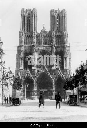 1920s NOTRE-DAME CATHEDRAL RHEIMS FRANCE BUILT CIRCA 1300 - r2916 HAR001 HARS ROSE WINDOW WORLD HERITAGE 1300 BUILT CHURCHES CIRCA REIMS 1300s BLACK AND WHITE GOTHIC HAR001 NOTRE DAME NOTRE-DAME OLD FASHIONED PORTALS TOWERS UNESCO - Stock Image