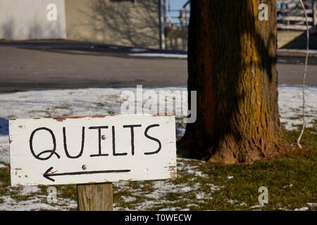 Sign for a roadside quilt shop - Stock Image