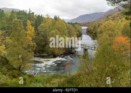 The River Affric between  Loch Affric and Loch Beinn A Mheadhain,  Glen Affric, Highlands, Scotland. - Stock Image