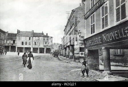 A STREET SCENE IN THE TOWN of Stenay, France ca. 1918 - Stock Image