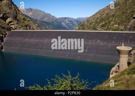 France, Ariege, Vicdessos Valley, Dam of Pla de Soulcem and its tulip of evacuation of the floods - Stock Image