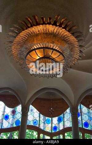 ESP Spanien Barcelona Casa Battlo 1904 1906 by Antoni Gaudi Interieur ceiling with huge spiral lamp - Stock Image
