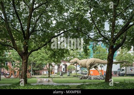 Dinosaurs displayed outside the Senckenberg Natural History Museum entrance, Senckenberganlage, Frankfurt am Main, Hesse, Germany - Stock Image