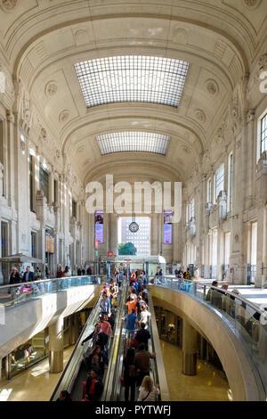 Italy, Lombardy, Milan. Central Station Lobby, interior. (Stazione di Milano Centrale) - Stock Image
