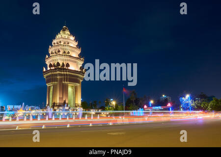 Slow shutter speed night shot of Independence Monument with car light trails. In Phnom Penh, Cambodia. - Stock Image