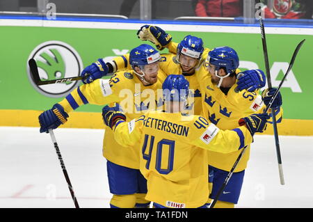 Bratislava, Slovakia. 21st May, 2019. Sweden's players celebrate the first goal the match between Sweden and Russia within the 2019 IIHF World Championship in Bratislava, Slovakia, on May 21, 2019. Credit: Vit Simanek/CTK Photo/Alamy Live News - Stock Image