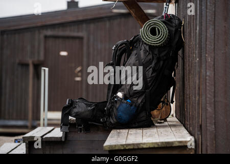 Backpack rests on bench outside STF Sälka mountain hut, Kungsleden trail, Lapland, Sweden - Stock Image