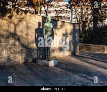 Bronze sculpture outside Wilmersdorf Swimming Pool -  Olympian standing female nude 1961-2 by Demetros Anastasatos - Stock Image