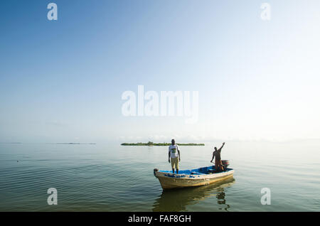 A boat approaches Yele, in the Turtle Islands, Sierra Leone - Stock Image