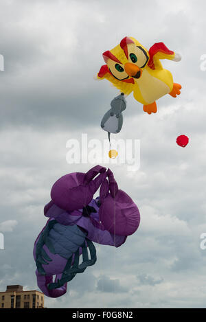 Portsmouth, UK. 15th August 2015. Owl, Mouse and Scorpion kites fly high above Southsea Common at the International - Stock Image