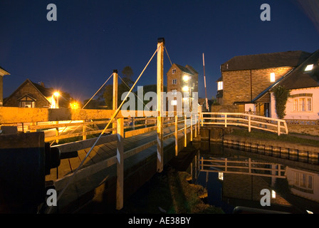 PICTURE CREDIT Doug Blane Swing bridge at night in Newbury on the kennet and avon canal - Stock Image