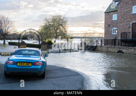 Tewkesbury. 4th Apr, 2018. UK Weather: Victoria Gardens in Tewkesbury flooded by the River Avon in April 2018, with a car close to the age of the flood water. Credit: Simon Crumpton/Alamy Live News - Stock Image