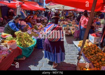 Traditional cholita in the Mercado Rodriguez market, La Paz, Bolivia - Stock Image