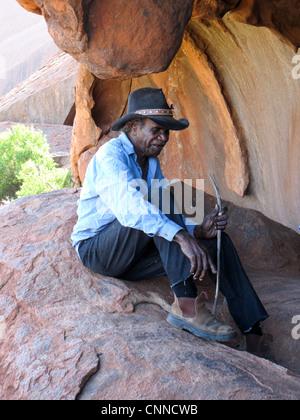 Aboriginal man telling a story at Uluru - Stock Image