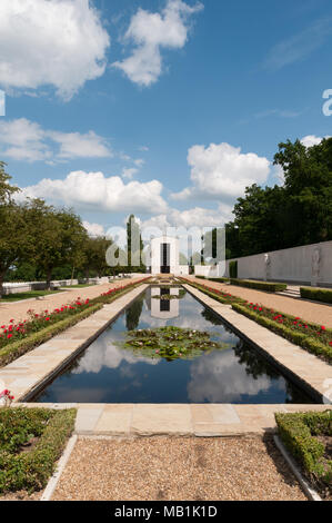 Lily Pond at American Cemetery, Maddingley, Cambridge - Stock Image