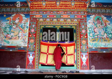 Door in Tharlam Monastery, Katmandou, Népal - Stock Image