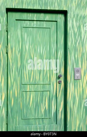 Wandmalerei an einer Hauswand und Tür; Motiv Gras. - Mural painting on a house wall and door; motif grass. - Stock Image