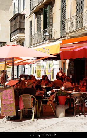Straßencafe, Placa de la Drassana, Palma, Mallorca, Spanien.   Sidewalk cafe, Plaza de la Drassana, Palma, - Stock Image