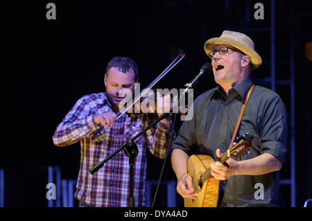 Adrian Edmondson and Andy Dinan of The Bad Shepherds playing in concert - Stock Image