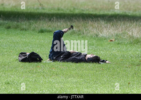 London, UK. 10th August, 2017. A man relaxes in Kensington Gardens, London, UK  this morning as Lononers make the most of the dry weather. Credit: BSFUK/Alamy Live News. - Stock Image