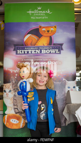 Wantagh, New York, USA. 7th February 2016. LUCY B, 5, of Merrick, holds a balloon lady while standing in front of - Stock Image
