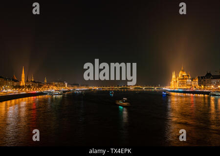 Night view of the Hungarian Parliament Building and River Danube bank at Budapest, Hungary - Stock Image