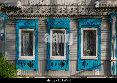 Traditional gingerbread trimmed window frames, Suzdal, Russia - Stock Image