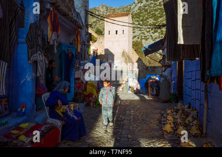 Chefchaouen, Morocco : Street scene with people in the blue-washed alleyways of the medina old town. - Stock Image