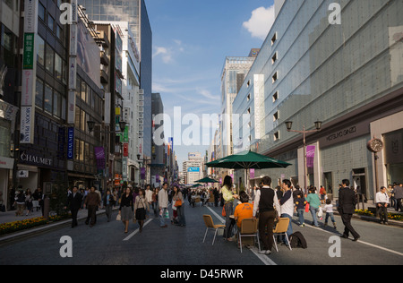 Sunday afternoon on Chuo Dori Avenue in Ginza, Tokyo, Japan - Stock Image